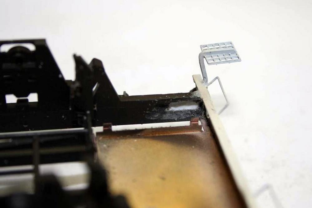 Hier ist die Ausfräsung zu sehen; die Federpuffer wurden probehalber eingesteckt, um zu kontrollieren, ob schon genug ausgefräst ist