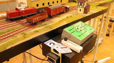 Arbeitsplatz des Betriebsstellenleiters mit Stellpult, Regler für die Rangierlok, und Wagenkarten