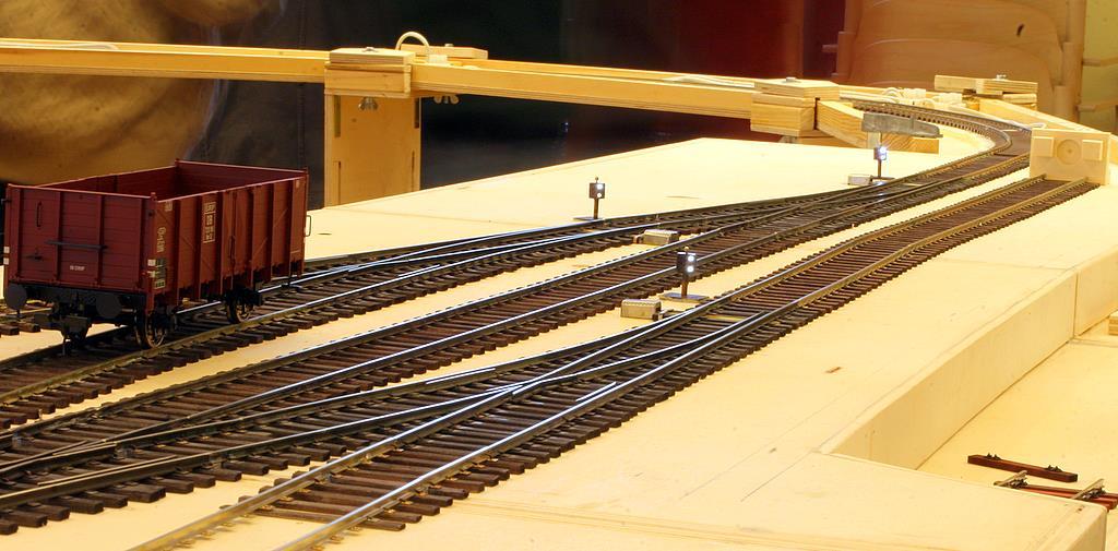 Ein einsamer O12 wartet auf Abholung. An dieser Betriebsstelle finden EOW (Elektrische ortsgestellte Weichen) Verwendung.