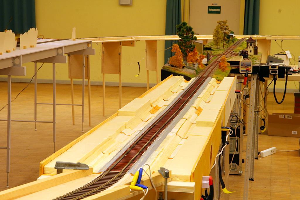 Die Züge rollen durch Rohbauten...