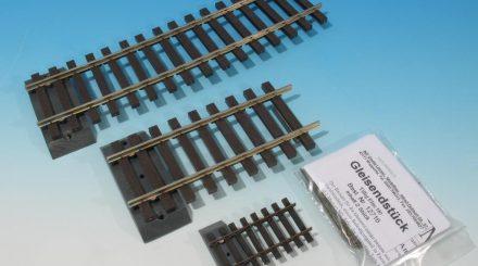 Zerstörungsfeste Gleisendstücke, hinten die längere Ausführung für Gleisbögen