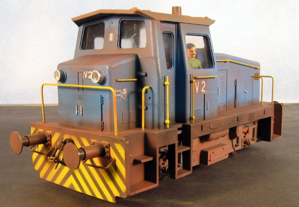 Der blaue Rangierdiesel mit neuem Motor. Auch dieser Lok sieht man den Arbeitsalltag an.
