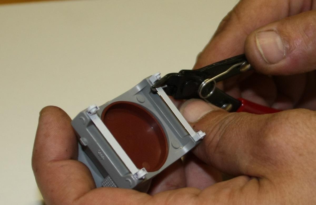 Nach Montage werden beim Kugelbehälter die Verbindungsstege abetrennt