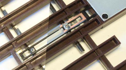 Gegenüberstellung: Stellstangen der Lenz Weiche links im Original, rechts mit Zurüstteil