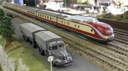 Der schnittige VT11.5 rauscht an einem schweren Krupp Titan Lastzug vorbei.