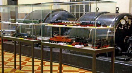 Ausstellungsvitrinen in der Turbinenhalle