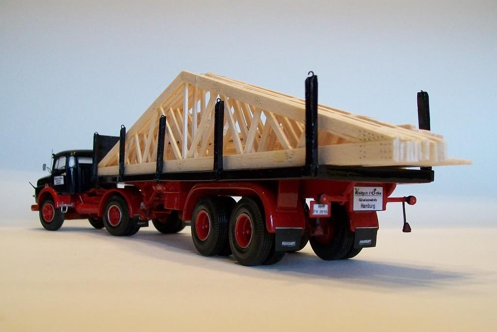 Mercedes LS1620 mit Holzbinder-Ladung