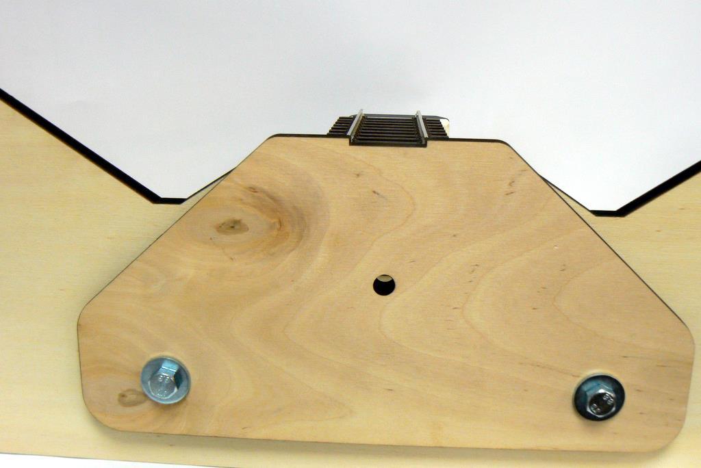 An ein Modulprofil angeschraubte Modullehre mit Gleisstück.