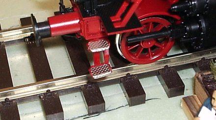 Die Trittstufen an der Pufferbohle der BR 64 mit Riffelblech verfeinert.
