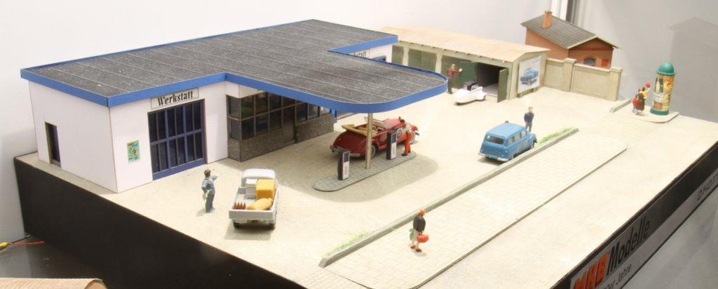 Tankstelle von MKB: in Lasertechnik aus Karton geschnitten