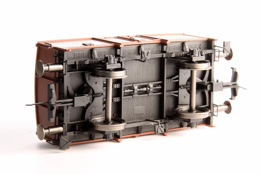 Unterseite der Kohlen- und Klappdeckelwagen. Trotz der kurzen Bauweise: Die Kulisse passt zwischen die Räder.