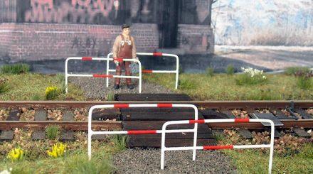 Absperrungen aus Stahl, Rot-Weiss lackiert.
