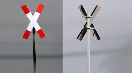 Andreaskreuz mit fein gekanteten Flügeln und Mastschellen