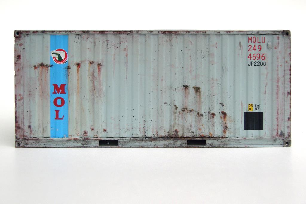 Seitenansicht eines 20 Fuss Containers mit den typischen Rostflecken durch Seewasser und unsanfte Behandlung