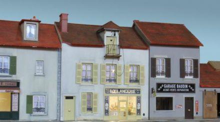 Bistro, Lebensmittelladen und Werkstatt, eine typisch französische Szenerie