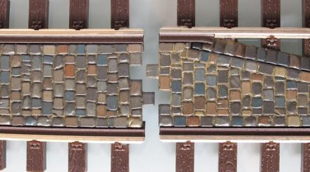 Pflastersteine und Rillengleis genau passend für Lenz Gleise