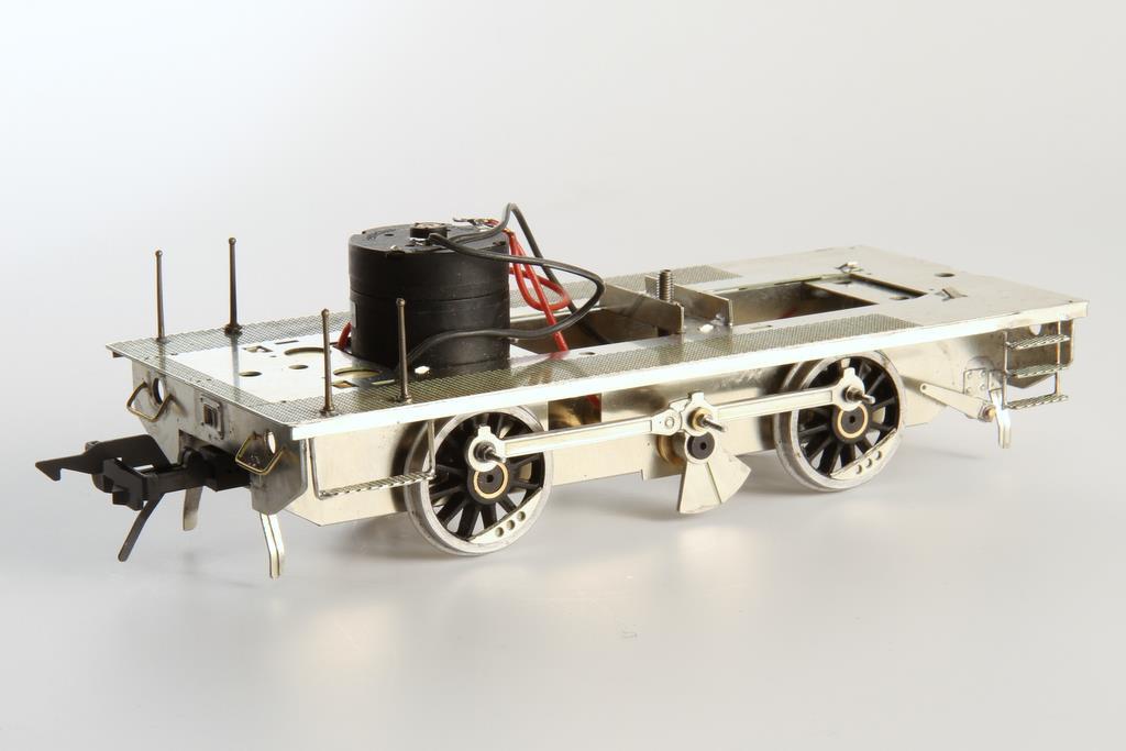 Komplett montierter Unterbau mit Motor, neuen Rädern und Kuppelstange