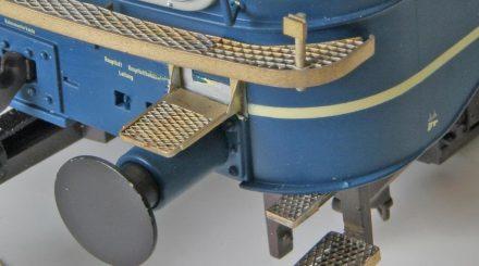 Noch unlackierte Zurüstteile für die V160: Die Trittstufen sind aus Messing gefräst und geätzt.