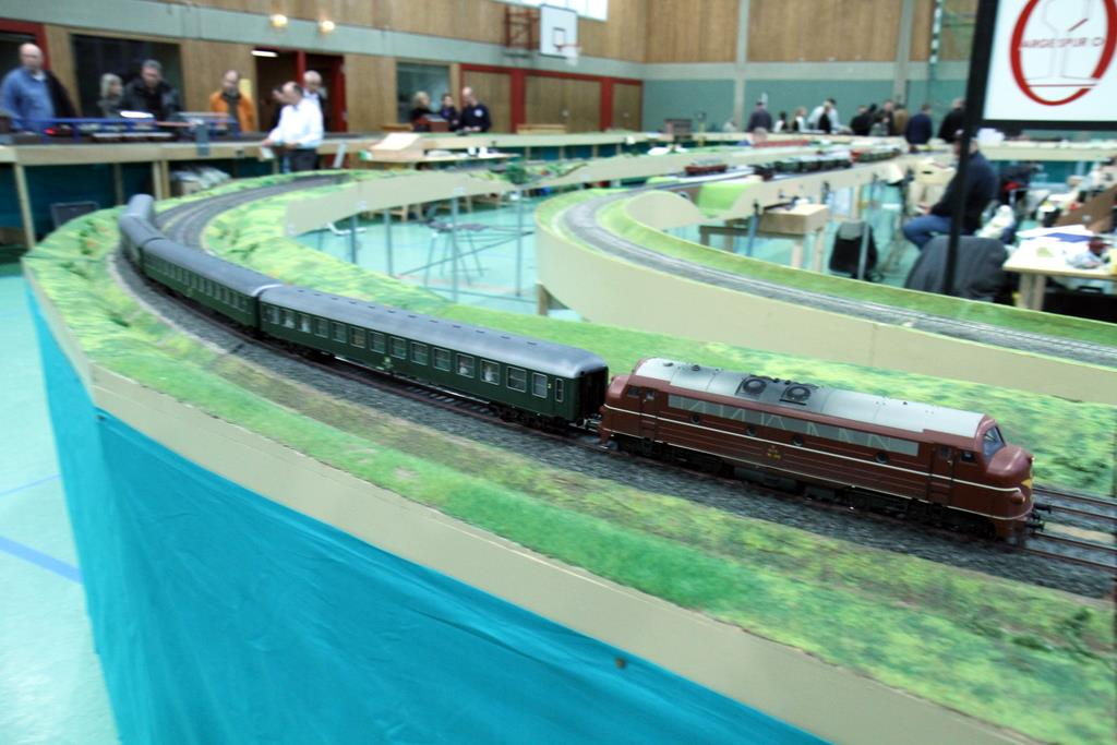 Auf dem großen Oval in der Turnhalle rollen lange Züge.