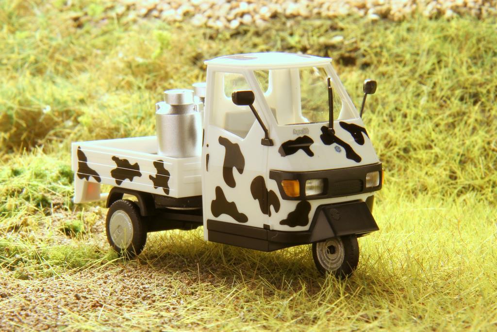 Sondermodell der Piaggio Ape 50 von Busch mit Kuhflecken