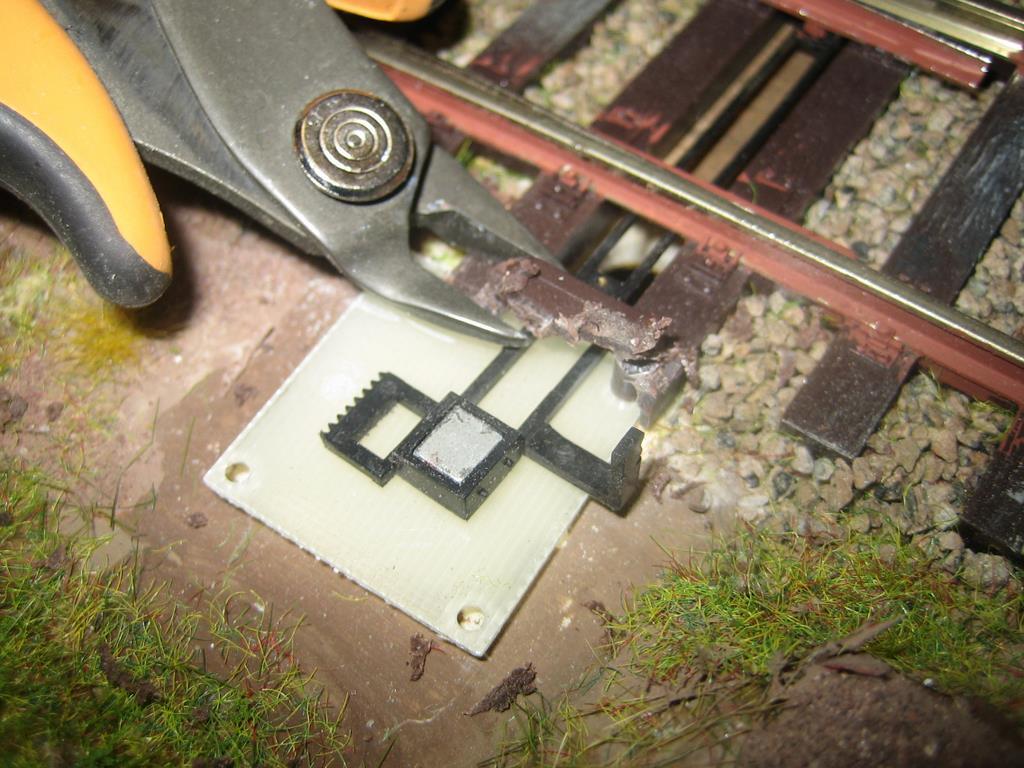 Plastikreste können auch mit einem Seitenschneider abgeschnitten werden. Mit der Trennscheibe ist es nicht immer möglich, jede Stelle zu erreichen.