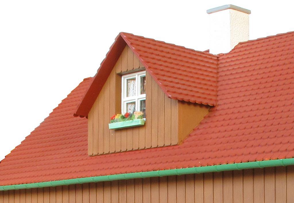 Ländlicher Baustil mit Dachgaube und Blumenkasten