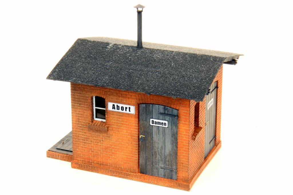 Das neue Toilettenhaus passt zu den Bahnhofsmodellen von Stangel