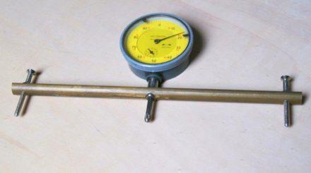 Messgerät mit seitlich montierten Schrauben