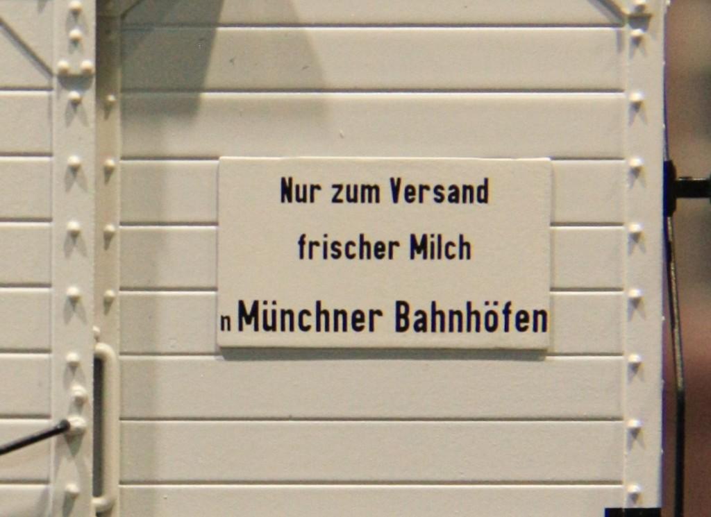 Die Tafel mit der auf München bezogenen Anschrift