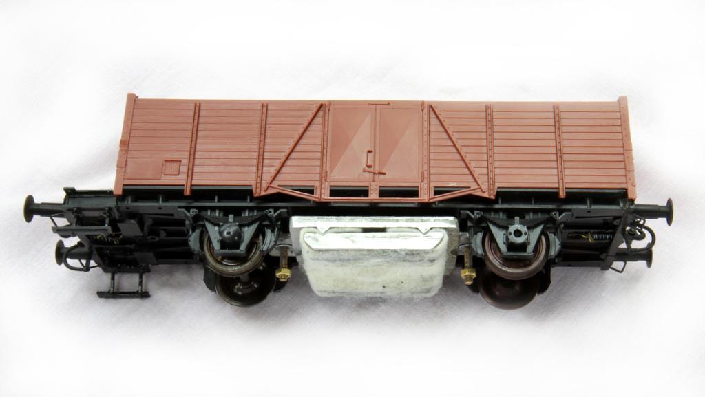 Der Krapp Schienenreiniger wird unter einen Wagen geschraubt.