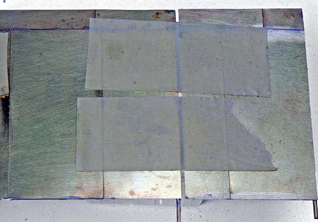 Rück- und Seitenwand werden mit Krepppapier verbunden, rechtwinklig gebogen und verlötet.