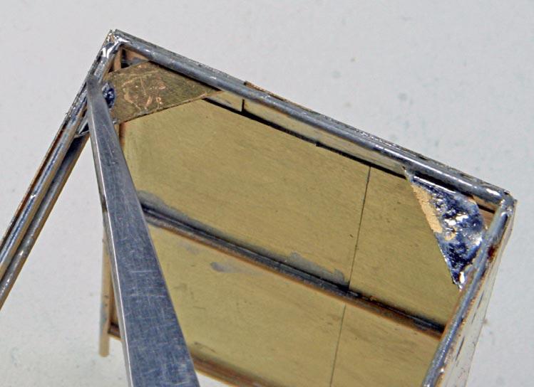 Eckwinkel verstärken die Konstruktion und dienen als Klebefächen für das Dach, falls man es nicht anlöten möchte.