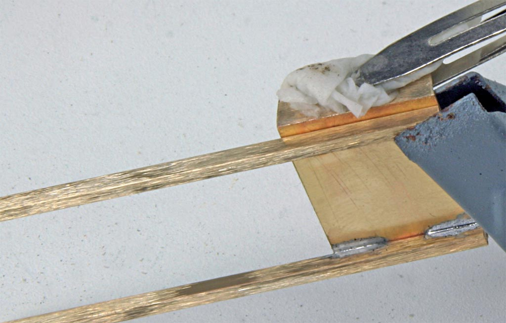 Nasses Papier schützt die Rückwand beim Anlöten der Pfosten vor dem Auseinanderfallen.