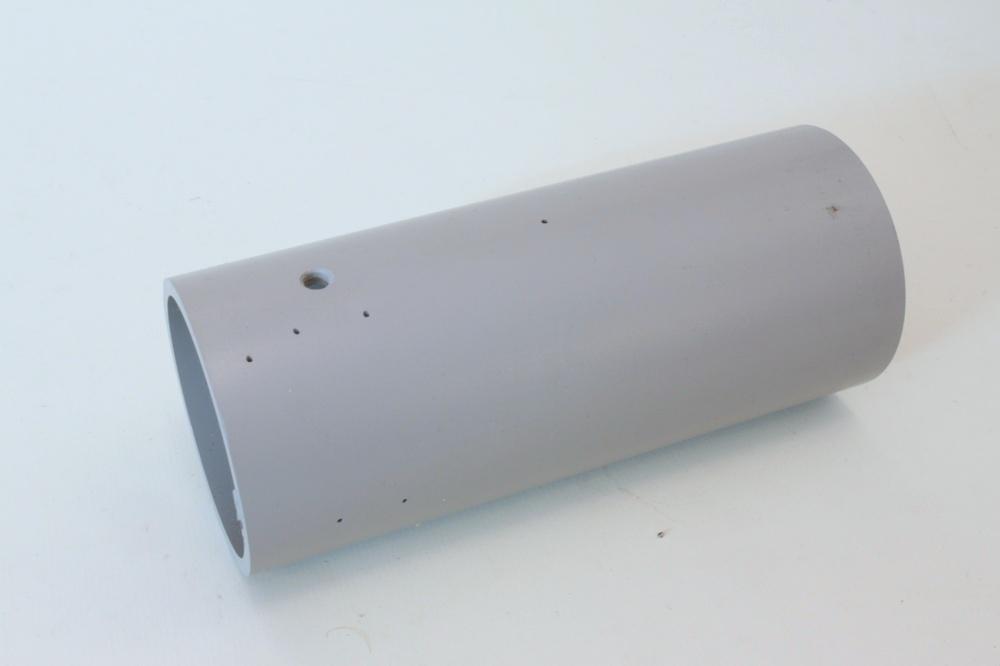 Dem Bausatz liegt eine Papierschablone bei, die mittels Tesafilm auf dem Rohr fixiert wird. Auf dieser Bohrschablone sind alle Bohrungen angezeichnet.