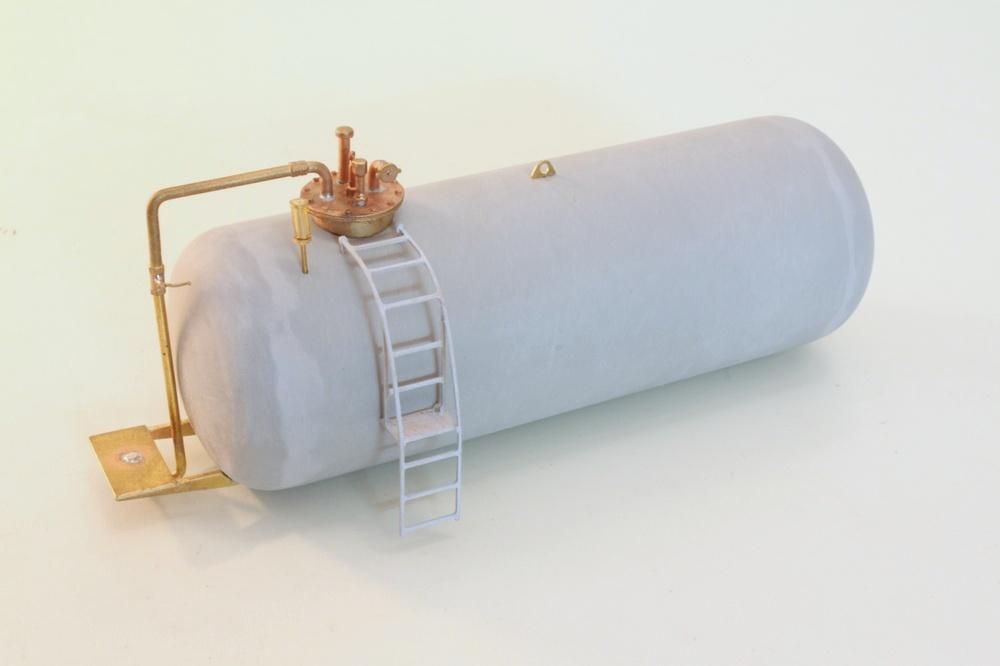 Nach dem alle Bauteile verlötet, angepasst, die Halbschalen verklebt und verspachtelt wurden, kann es ans Lackieren gehen.