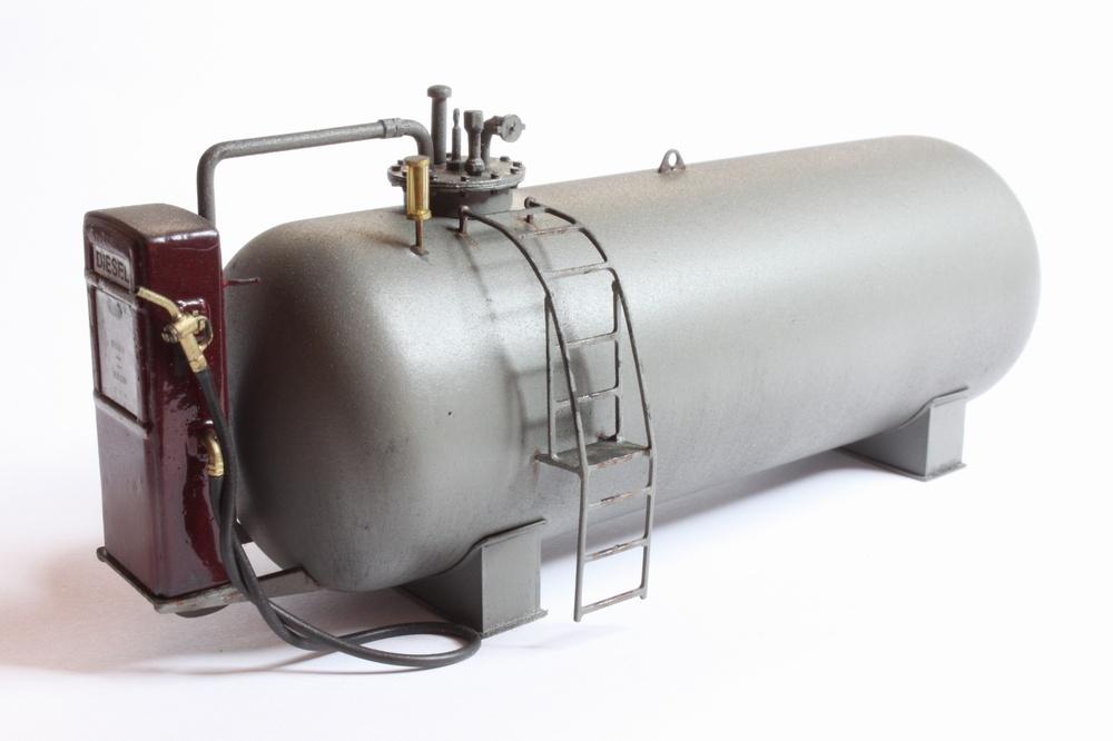 Der Tank, sowie alle angebauten Teile wurden in einem mittleren grau lackiert. Als Grauton kam eine ganz normale KFZ Grundierung (matt) zum Einsatz. Um dem ganzen einen natürliches Erscheinungsbild zu verleihen, wurde die Tankanlage noch dezent gealtert.