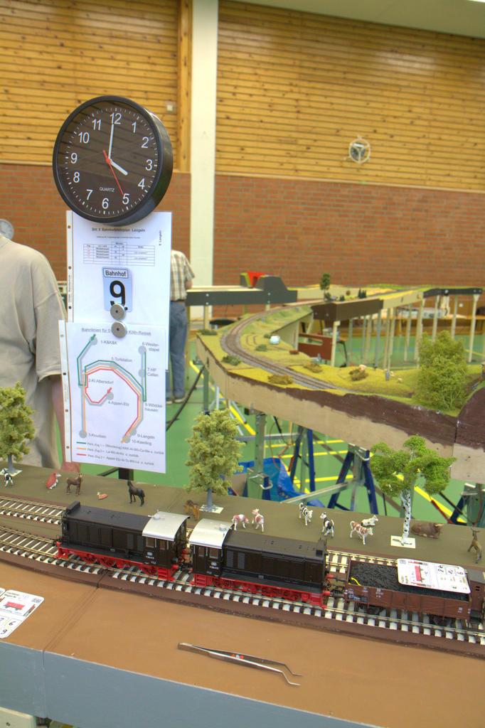 Eine Betriebsstelle mit Uhr, Fahrplan, Gleisplan und Wagenkarten.