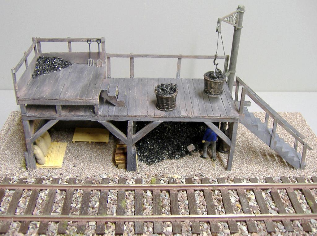 Der Kohlevorrat ist unter der Bekohlungsbühne verstaut.