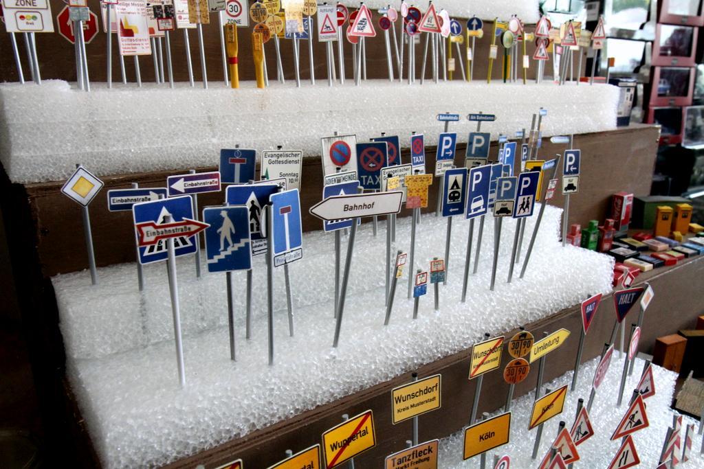 Schilder und Automaten in großer Auswahl.