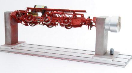 Der Lokbehandlungsstand mit eingespannter Messinglok