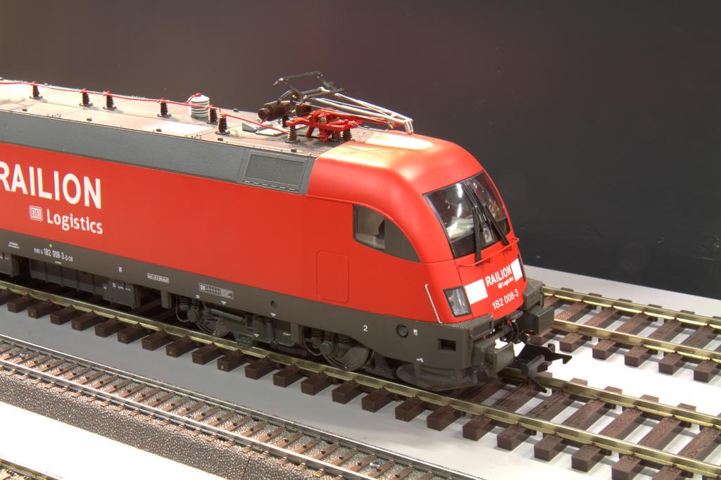 Die glatten Linien der modernen Lok sind gut wiedergegeben.