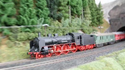 Die BR 17 zieht einen Zug aus ehemaligen Rheingoldwagen.