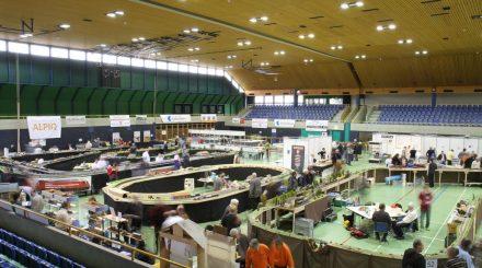 Die große Sport- und Stadthalle bietet genug Platz für über 60 Aussteller und große Anlagen.