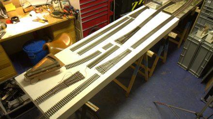 Die Gleise für die Modulerweiterung werden probehalber ausgelegt.