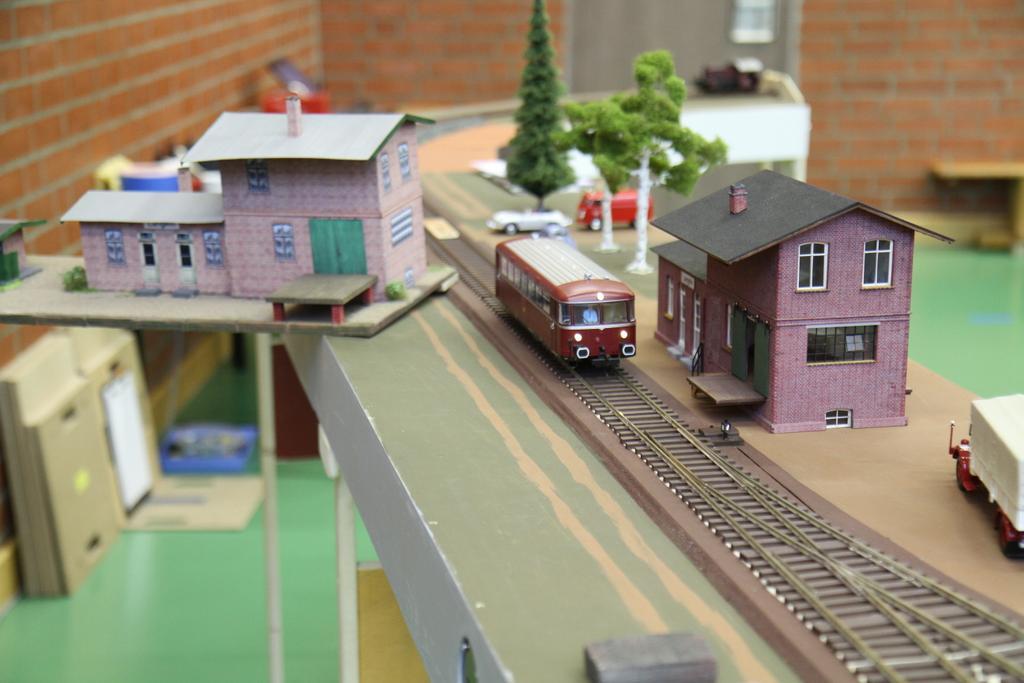 Bahnhof Langeln, links das Testmodell, rechts das fertig gelaserte Modell