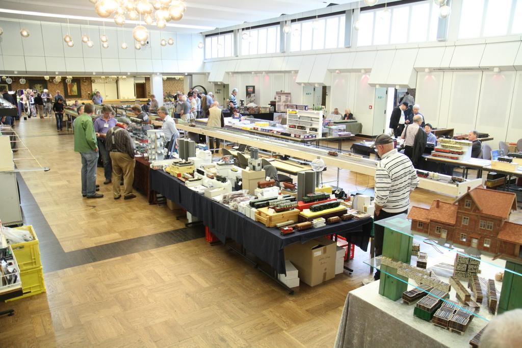 Halle und Nebenraum mit Händlerständen und Anlagen