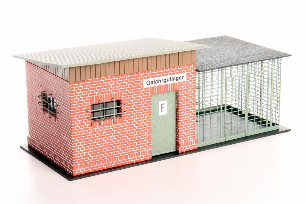 Gefahrgutlager mit vergitterten Fenstern und stabiler Metalltür