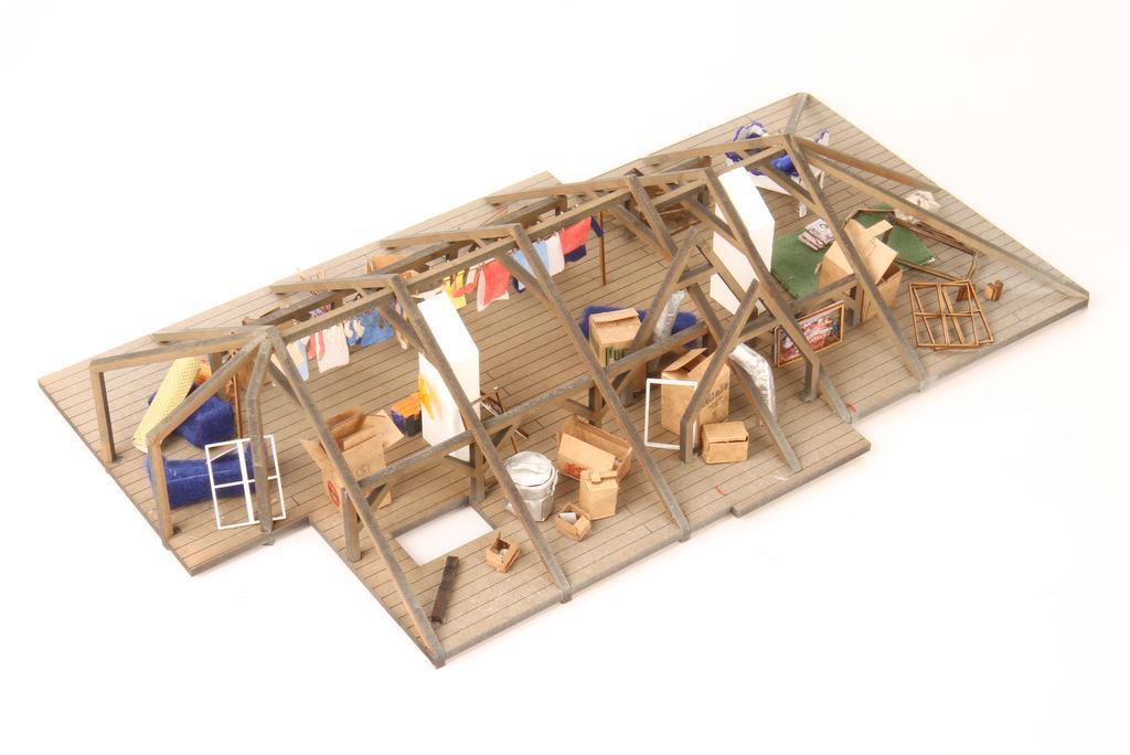 Gestaltungsbeispiel: Dachboden mit Wäscheleine und allerhand Schachteln und Gerümpel