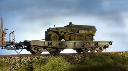 Ein vergessener Weltkriegs-Panzerwagen rollt per Bahn auf den Schrott