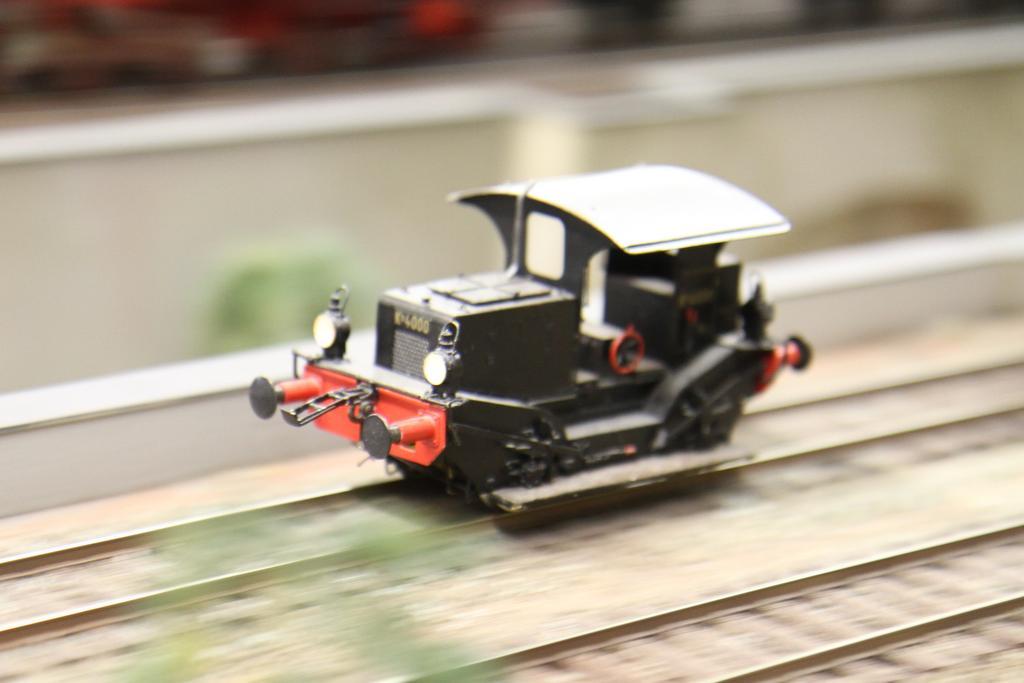 Der knuffige niederländische Rangiertraktor rollt durch den Bahnhof.